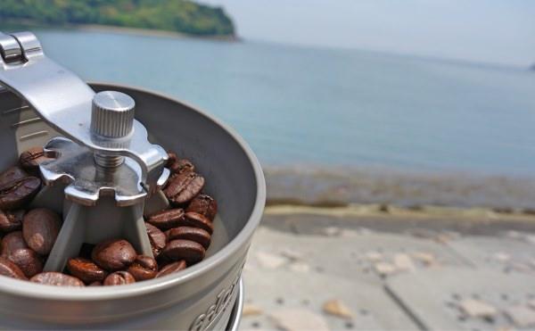 アウトドアで挽きたてコーヒー